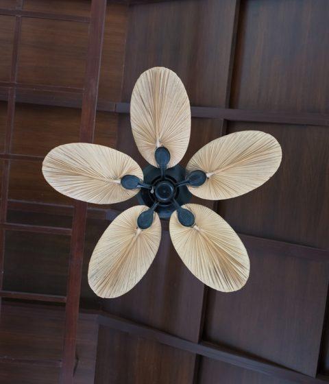 מאוורר גדול עם מוט ארוך בעל 5 כנפיים